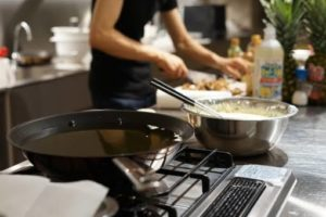 男性が料理している